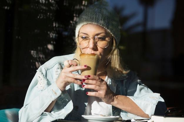 Стильная женщина, пить кофе в кафе