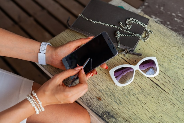 스마트 폰을 사용 하여 세련 된 여자 손