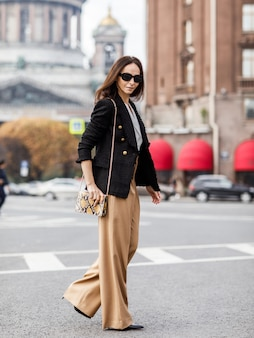 베이지 색 바지와 코트에 세련 된 여자