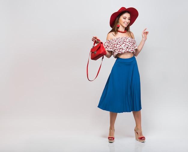 Стильная женщина в летнем наряде изолирована, позирует в изолированной модной тенденции Бесплатные Фотографии