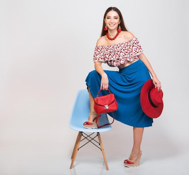 고립 된 패션 트렌드에서 포즈 절연 여름 옷에 세련 된 여자