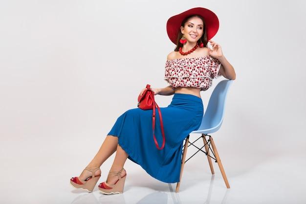 Стильная женщина в летнем наряде изолирована, позирует в изолированной модной тенденции