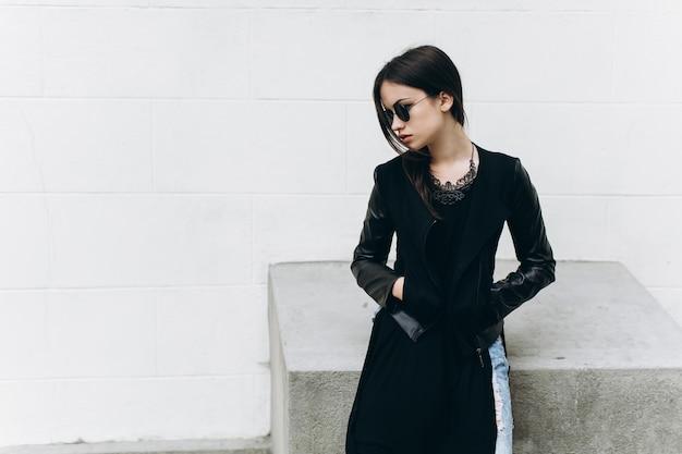 Стильная женщина в солнцезащитных очках