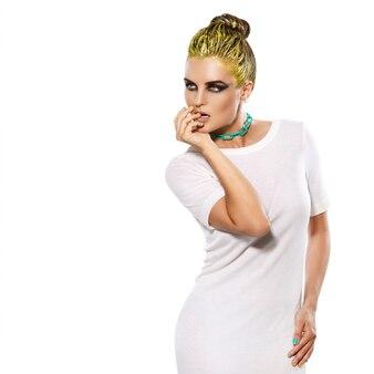 白いドレスと彼女の首にチェーンのスタイリッシュな女性