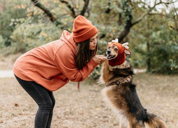 彼女の犬と散歩に出かけるスタイリッシュな女性