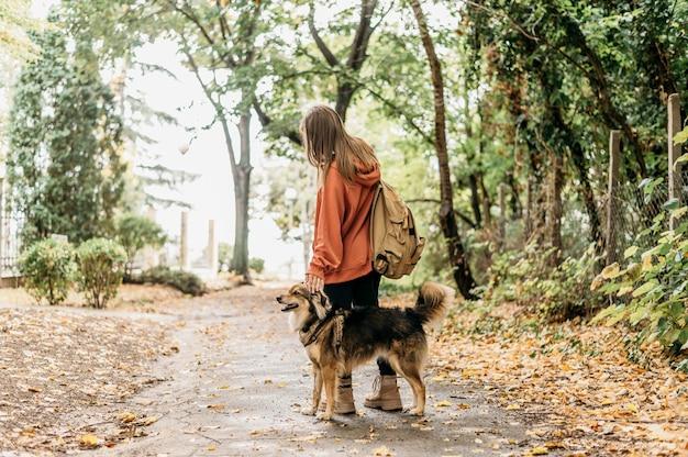 Стильная женщина на прогулке со своей собакой