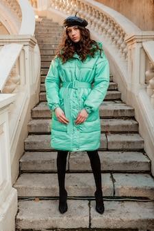 겨울 가을 패션 트렌드 블루 호흡기 코트와 높은 뒤꿈치 신발을 착용하는 오래 된 아름다운 거리 계단에서 모자 베레모에서 포즈 세련된 여자