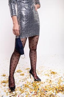 Donna alla moda in posa per la vigilia di capodanno