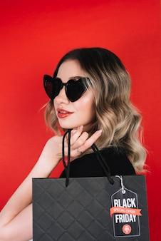 Donna alla moda a fare shopping il venerdì nero