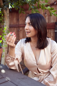외부 공동 흡연 세련 된 여자
