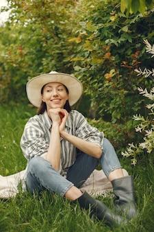 Стильная женщина проводит время в весеннем парке