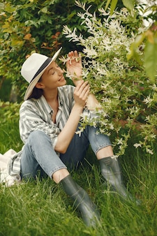봄 공원에서 시간을 보내는 세련 된 여자