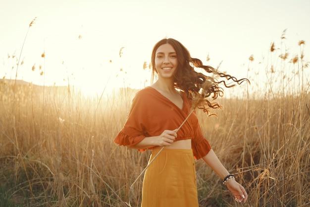 Стильная женщина проводит время в летнем поле