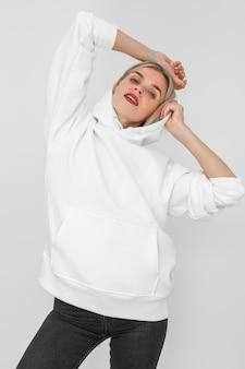 空白のパーカーを着ているスタイリッシュな女性