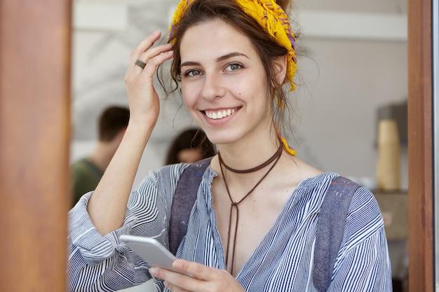 黄色のバンダナを身に着けているスタイリッシュな女性