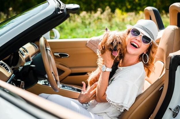犬とスタイリッシュな女性