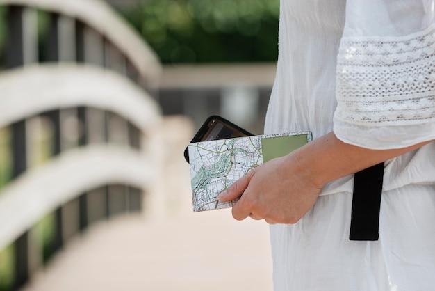 여행을 위한 지도가 있는 세련된 여성