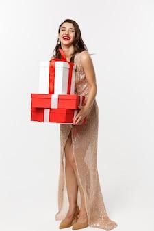 Стильная женщина с красными губами держит подарки