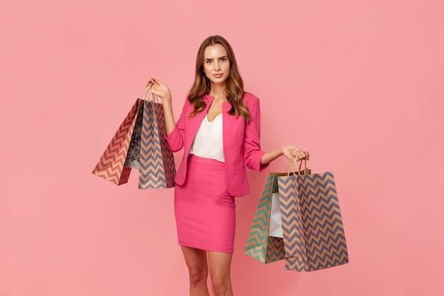 Стильная женщина с хозяйственными сумками