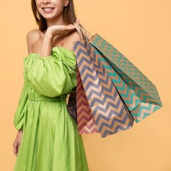 ショッピングバッグを持つスタイリッシュな女性