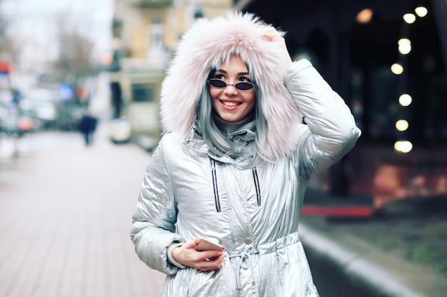 冬のジャケットとスタイリッシュな女性