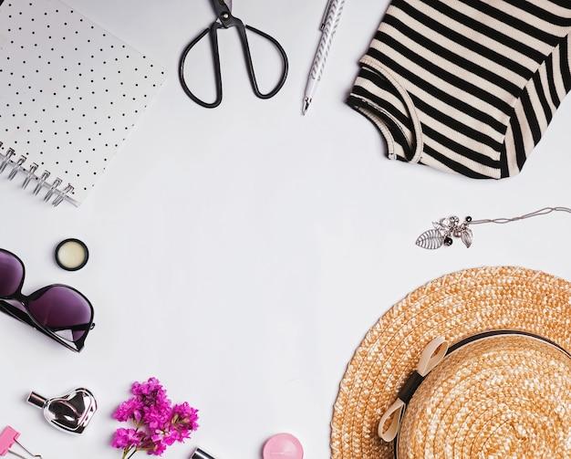 흰색 배경 평면도에 모자 및 기타 액세서리가 있는 세련된 여성 복장