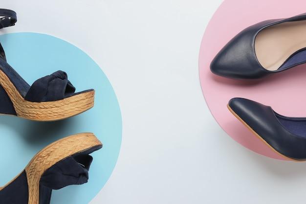スタイリッシュな女性の厚底サンダル、円のある白い紙にハイヒールの靴