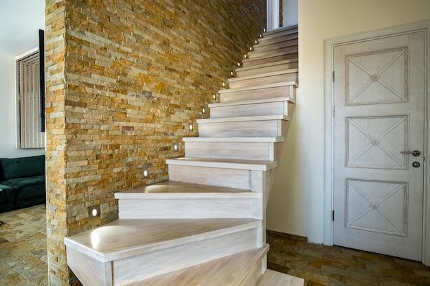 ロフトの家のインテリアの中のスタイリッシュな木製の現代的な階段