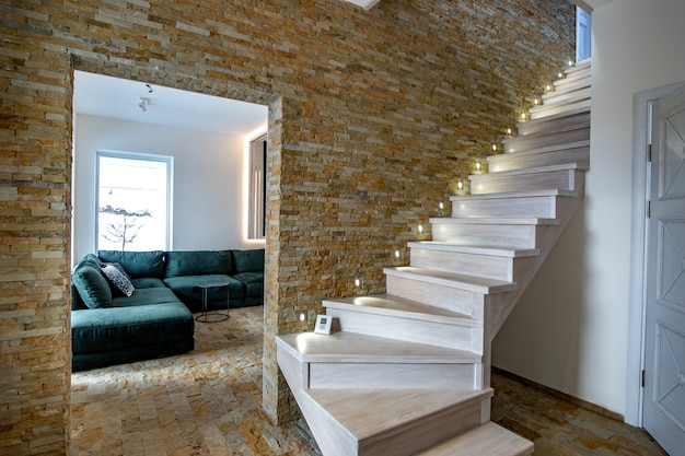 ロフトハウスのインテリア内のスタイリッシュな木製の現代的な階段