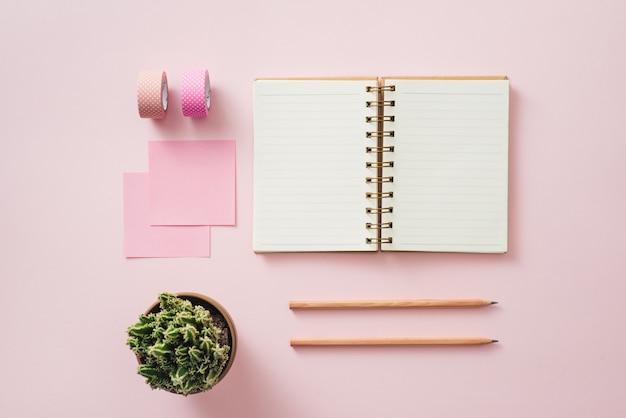 Стильное рабочее пространство с пустыми белыми бланками на пастельном мягком розовом фоне, копией пространства. шаблон для вашего дизайна.