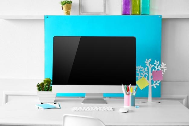 コンピューターと室内装飾のあるスタイリッシュな職場