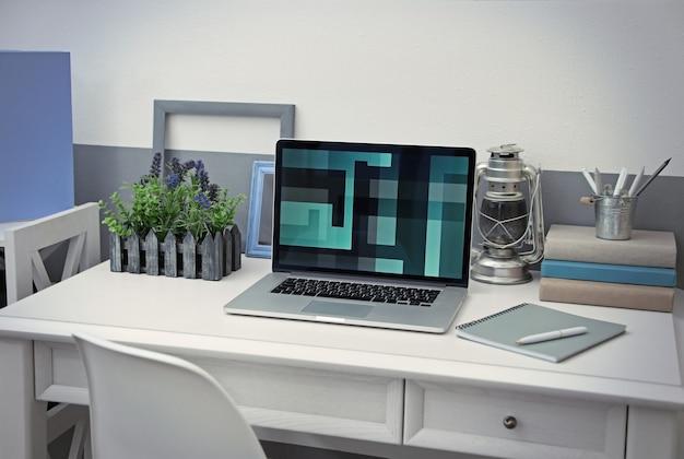 Стильное рабочее место с ноутбуком дома