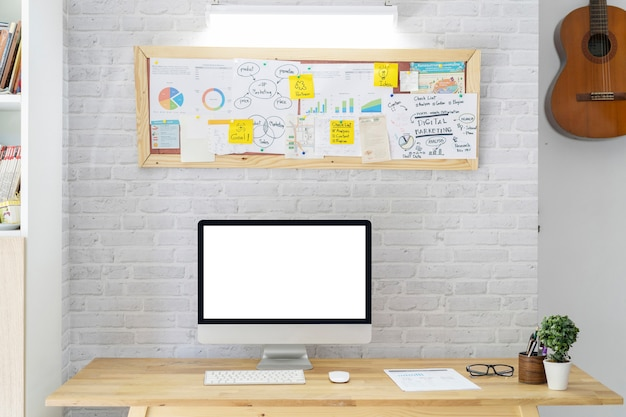 ホームオフィスボード会議上のコンピューターとスタイリッシュなワークスペース