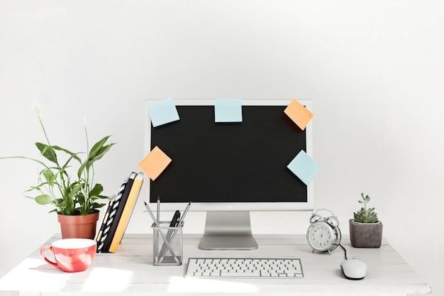 Стильное рабочее пространство с компьютером дома или в студии
