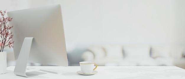 Стильное рабочее место с современным компьютером сзади на белой столешнице с местом для монтажа