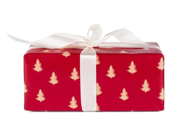 Стильные подарки с белой лентой на белом фоне