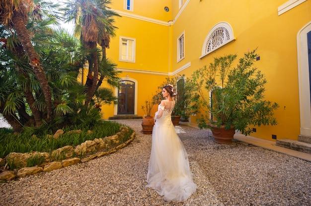 이탈리아에서 그녀의 결혼식에 세련 된 젊은 신부
