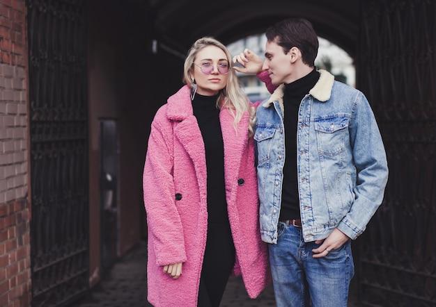 거리 스타일에서 포즈 세련 된 젊은 부부