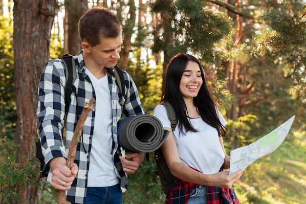Giovani coppie alla moda che viaggiano insieme
