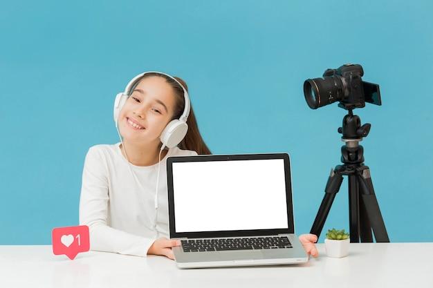 Стильная молодая девушка, представляя ноутбук