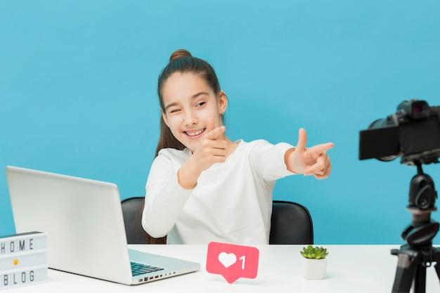 Стильная молодая девушка записывает видео для блога