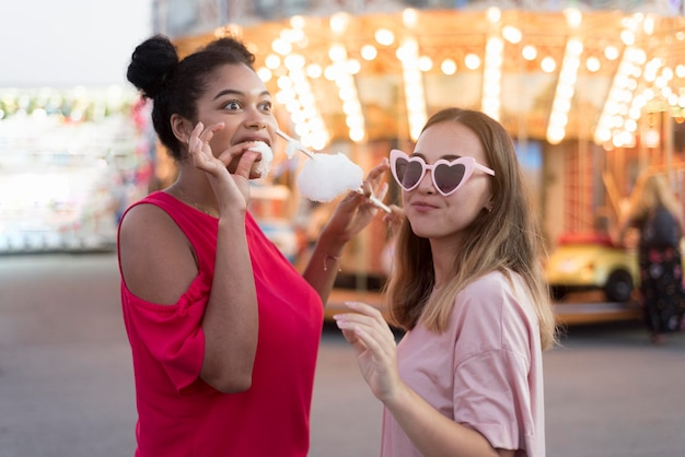 Стильные молодые девушки веселятся вместе
