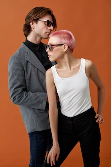 スタイリッシュな若いヒップスターの官能的な女性と男性のサングラス、一緒にポーズ