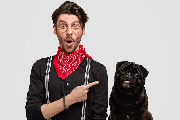 スタイリッシュな若い男と彼のかわいい犬