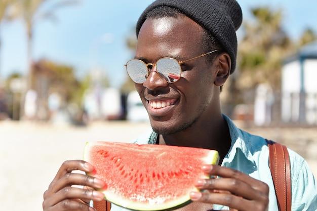 Стильный молодой человек на пляже