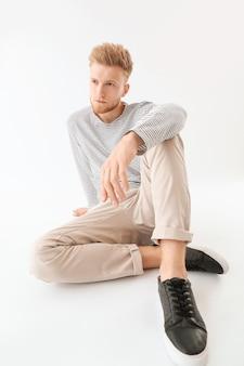 白のスタイリッシュな若い男