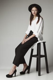 Giovane ragazza teenager alla moda sopra grey