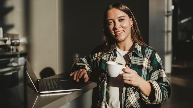 Стильная молодая женщина, наслаждаясь кофе
