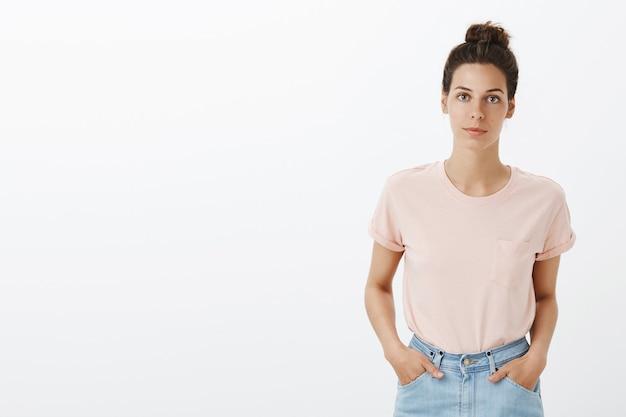 Стильная молодая женщина смотрит в камеру