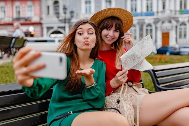 春の流行のドレスやアクセサリーに身を包んだヨーロッパを一緒に旅行するスタイリッシュな若い女性